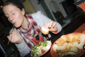 Смешная история о том, как девушка приготовила себе необычный бутерброд
