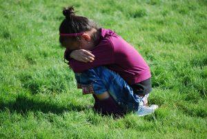 История о плачущей под подъездом девочке
