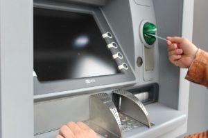 До маршрутки еще оставалась время, и я забежала в банкомат, чтобы снять зарплату