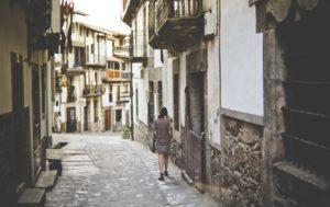 Зачем жить в деревне, если есть возможность жить в городе. Муж со свекровью настаивают
