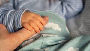 Новоиспеченная мамаша подписала отказ от ребенка и начала наводить марафет перед выпиской