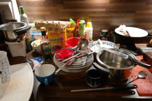"""""""Я зашла на кухню и увидела в раковине гору посуды. — Ну, вода же отключена """""""