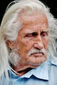 Внук хотел деда на улицу прогнать, но не получилось