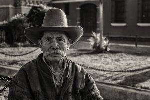 Путешествовал дедуля по деревням и сватался. А его никто не признавал. Кроме одной 30-летней продавщицы