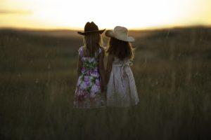 У меня слёзы выступали от жалости к ней! Сестра выходила замуж в старом мамином платье, держала в руке три тюльпана и радостно улыбалась.