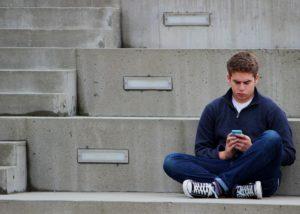 Что мешает парню съехать? Сын в 26 лет сидит без работы на шее у родителей и терпеть их не может.