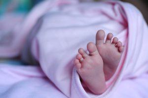 Зачем же рожать в таком возрасте! Ребёночка теперь очень жалко, осталась никому не нужна.