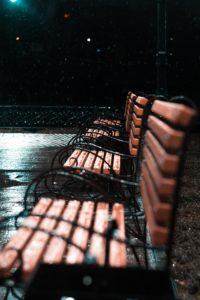 Паша смиренно сидел на скамейке и ждал маму. На улице уже стемнело, но мама почему то всё не приходила.
